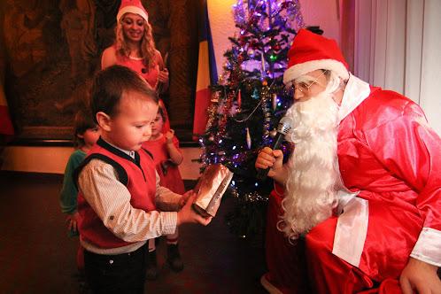 Какие подарки приносит дед мороз детям 28